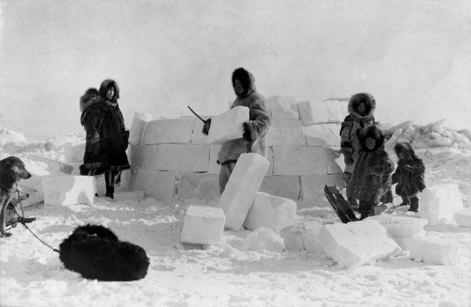이글루를 만들고 있는 이누이트족. 추위는 인류의 번성을 가로막는 기후적 장벽이지만, 동시에 인류의 진화를 촉발한 조건이기도 했다. Wikimedia
