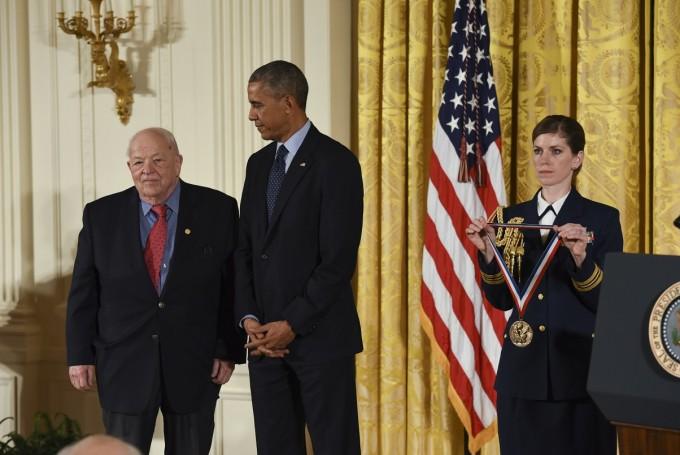 2014년 미국과학유공훈장을 받는 버턴 릭터(왼쪽). - 사진 제공 미국국립과학유공훈장재단