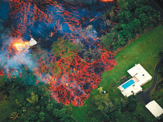 하와이섬(빅아일랜드)의 킬라우에아 화산 폭발로 흘러나온 용암이 주택가를 덮치고 있는 모습. - 미국 환경보호청 제공