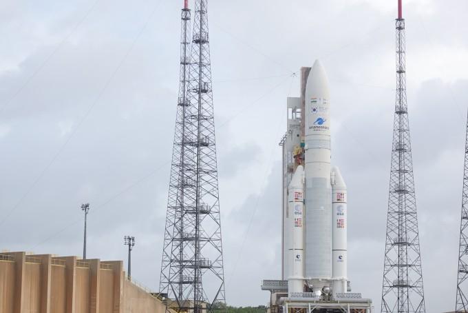 4일 오전(한국시간) 남미 프랑스령 기아나에 위치한 기아나 우주센터 발사대에 우리 힘으로 독자 개발한 첫 정지궤도위성 '천리안 2A호'를 탑재한 프랑스의 우주발사체 '아리안 5ECA'이 서 있는 모습. - 기아나=사진공동취재단