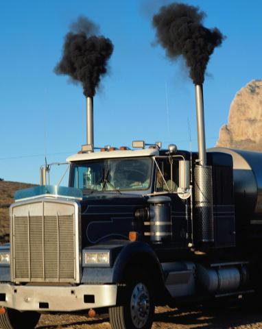 노후된 디젤차에서 나오는 배기가스는 미세먼지의 주범이다. 시커먼 연기로부터 얼마나 많은 미세먼지가 나왔을지 짐작할 수 있다. 위키피디아 제공