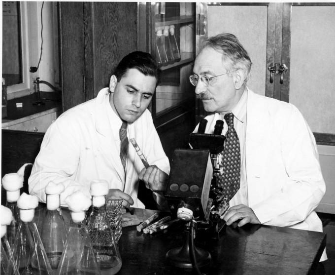 로베르트 샤츠(왼쪽)과 지도교수 왁스먼이 실험실에서 포즈를 잡았다. 진지함 속에서도 어딘지 사무적인 냉랭함이 느껴진다. 러거스트대 제공