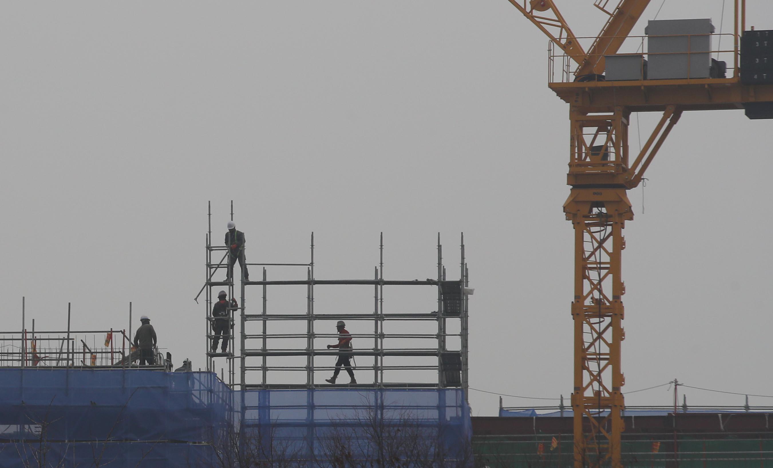미세먼지 속에서 공사현장에서 인부들이 작업을 하고 있다. 연합뉴스