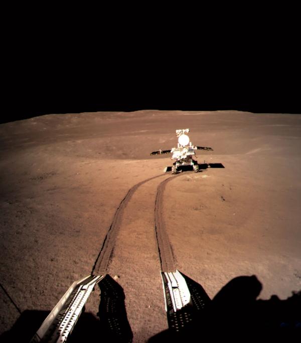 중국 창어 4호에서 분리된 탐사 로봇 위투(옥토끼) 2호가 달 뒷면에 바퀴 자국을 남기며 이동하는 모습. 중국국가항천국 제공