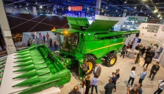 CES에 웬 탈곡기?…첨단기술로 진화 중인 농업