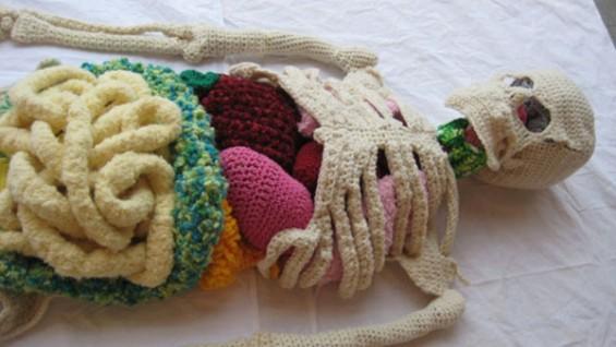 뜨개질로 만든 사람 해골