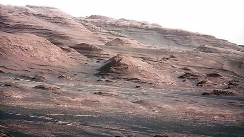 화성 게일 분화구내 샤프산 기슭 모습(큐리오시티가  2012년 100mm 마스트카메라로 촬영). NASA