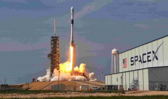 미국 플로리다 주 케네디우주센터에서 스페이스X의 재사용로켓 팰컨9이 발사되고 있다. 스페이스X 제공