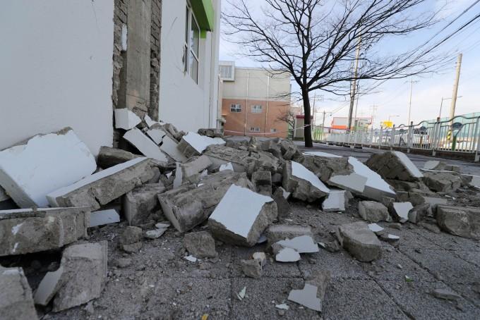 2017년 11월 15일 경북 포항에 리히터 규모 5.4의 지진이 발생해 건물 외벽이 무너져내린 모습. - 연합뉴스