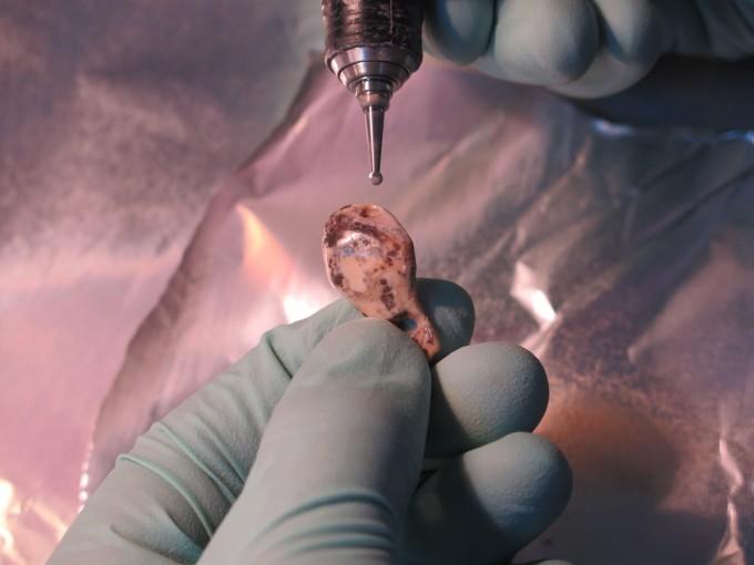 러시아 데니소바 동굴에서 발굴한 장신구의 연대를 측정하기 위해 시료를 채취하는 모습이다. -사진 제공 옥스퍼드대