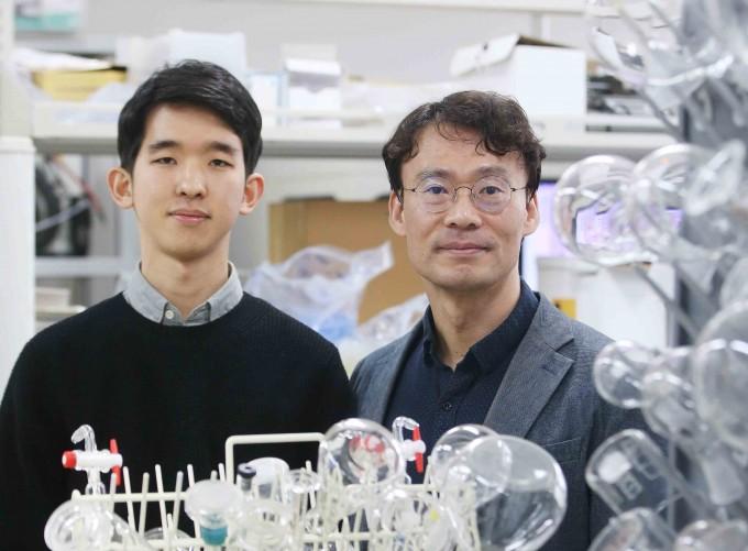 김희탁 KAIST 생명과학공학과 교수(오른쪽)와 추현원 석사과정생은 차세대 2차전지인 리튬-황 전지의 이론용량을 92%까지 따라잡은 전지를 개발했다고 30일 밝혔다. KAIST 제공