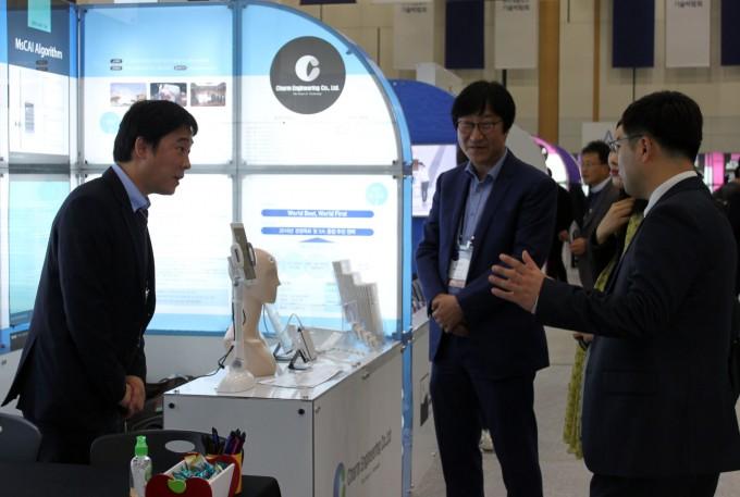 대전 유성구 대덕연구개발특구에서 열린 기술박람회에서 벤처기업 관계자가 자사 제품에 대해 소개하고 있는 모습. - 연합뉴스