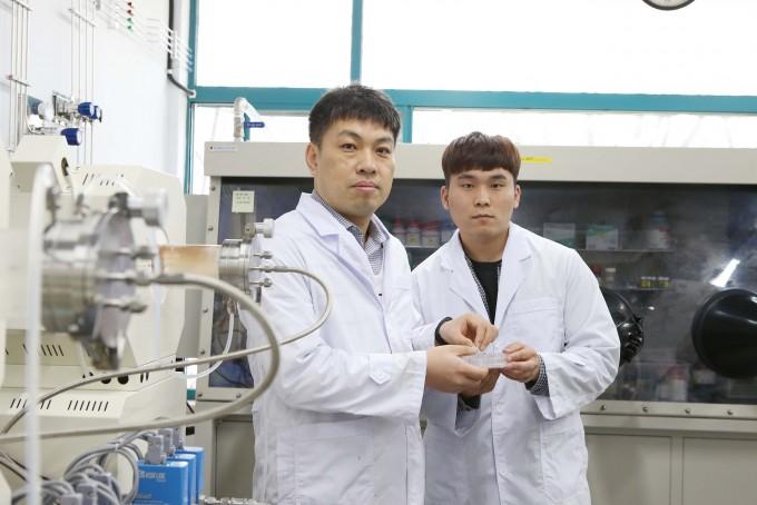 이진우 KAIST 생명화학공학과 교수(왼쪽)와 임원광 석박사통합과정생은 새로운 황 담지채를 개발해 리튬-황 이차전지의 성능을 높이는 데 성공했다고 밝혔다. KAIST 제공