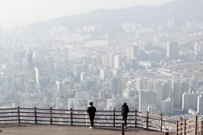 전국적으로 미세먼지 농도가 ′나쁨′ 수준을 보인 14일 오후 부산 황령산에서 바라본 도심이 뿌옇다. - 연합뉴스