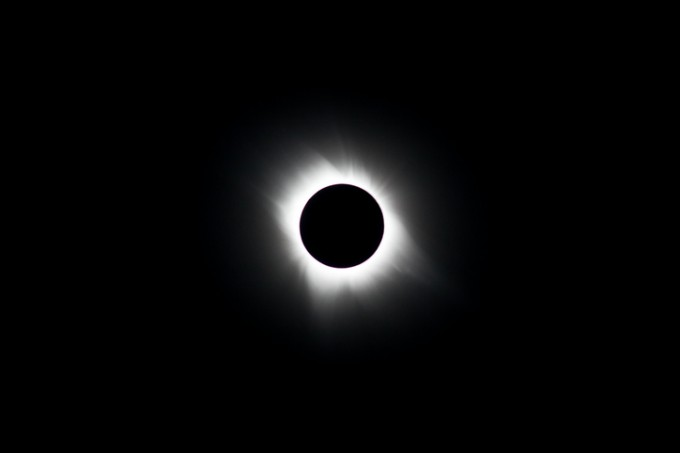 개기일식은 일식에서 태양이 달에 의해 완전히 가려지는 현상을 뜻한다.개기일식은 약 2년에 한번 정도 일어난다.-게티이미지뱅크