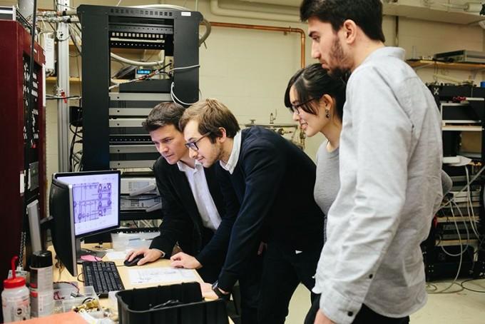 차오위안의 지도교수인 MIT 물리학과 파블로 자릴로-헤레로 교수(맨 왼쪽)와 동료 연구자들이 실험실에서 포즈를 취했다. 차오위안은 보이지 않는다. 그래핀 초전도체 발견이 상온 초전도체 개발로 이어질 경우 자릴로-헤레로와 차오위안이 노벨상을 받지 않을까. Juliette Halsey/네이처 제공