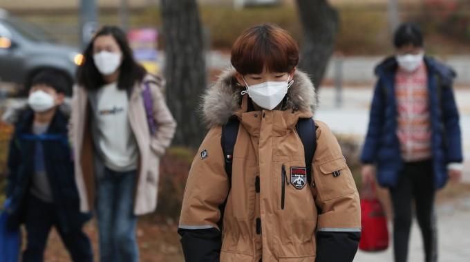 미세먼지 자욱한 도심에서 어린이들이 마스크를 착용하고 등교하고 있다. - 연합뉴스