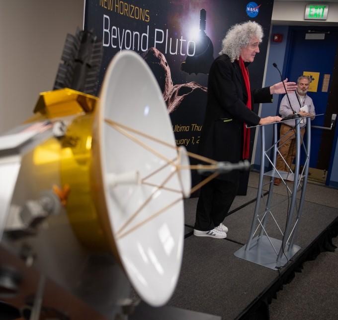 영국의 전설적인 록 백드 퀸의 기타리스트 브라이언 메이는 천체물리학 박사 학위를 가지고 있다. 이번 뉴호라이즌스호 프로젝트에 협력 과학자로 참여하기도 한 브라이언 메이가 뉴호라이즌스 헌정곡을 발표했다.-AFP/연합뉴스 제공