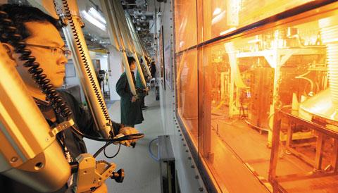 한국원자력연구원 PRIDE 시설내에서 연구원이 사용후핵연료 재활용 실험을 하고 있다. 한국원자력연구원 제공.