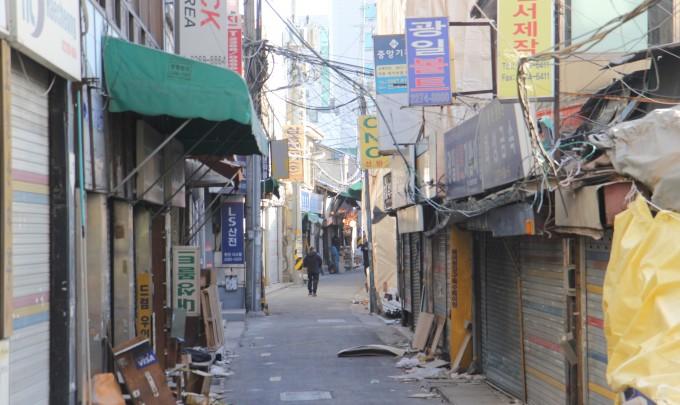 철거로 문을 닫은 청계천 공구거리. 이 지역이 속한 서울시 중구 입정동 일대 세운 3구역은지난해 10월 26일 관리처분 계획 인가가 나며 전면 철거에 들어갔다. 철문이 굳게 닫힌 거리에 쓰레기가 나뒹굴고 있다. 조승한 기자 shinjsh@donga.com