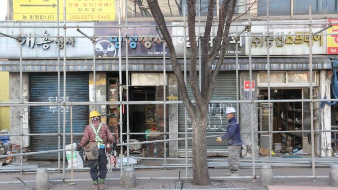 지난 8일 1차 기자회견 당시 가림막으로 덮여 있던 건물은 17일 현재 철거가 진행중이다. 조승한 기자 shinjsh@donga.com