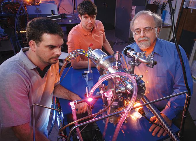 미셸 누에보(왼쪽) NASA 연구원과 그의 동료들이 실험을 진행하는 모습. 연구팀은 생명 활동에 중요한 역할을 하는 분자들의 기원을 추적했다. NASA 제공