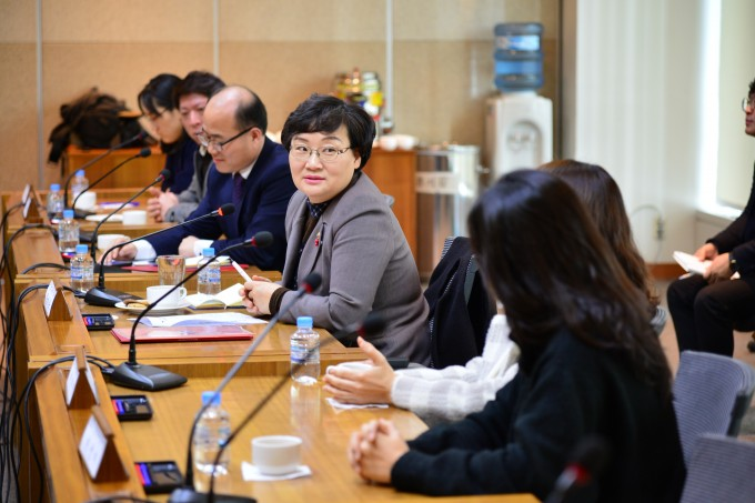문미옥 과기정통부 1차관이 지난 9일 서울 소재 KIST에서 신진연구자와 현장 간담회를 갖고 있다. KIST 제공.