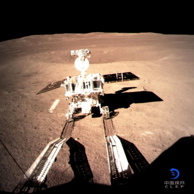 무인 탐사로봇 위투 2호가 세계 최초로 달 뒷편의 표면에 발자국을 남겼다. 앞으로 로버는 다양한 임무를 수행하게 된다. 달 뒷면의 표면 토양, 지형, 광물을 알아보고 각종 자료들을 지구로 보낼 예정이다.-중국국가항천국 제공