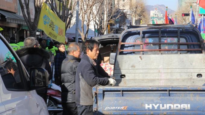 일대 상인들이 행진 행렬을 바라보고 있다. 조승한 기자 shinjsh@donga.com