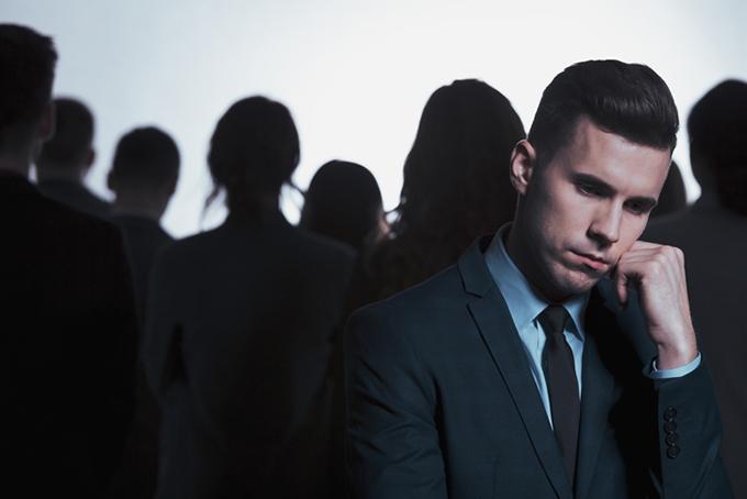 음모론을 잘 믿는 사람들의 특징은 무력감, 상대적 박탈감, 낮은 통제감, 높은 불확실성을 느끼는 편이라고 한다. 게티이미지뱅크