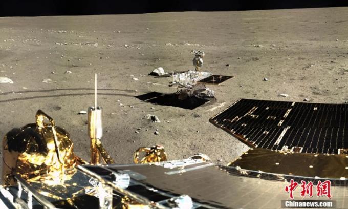 중국의 무인 달 탐사선 '창어 4호'가 인류 사상 최초로 달 뒷면에 성공적으로 착륙한 뒤 표면에서 촬영한 사진. 중국국가항천국 제공