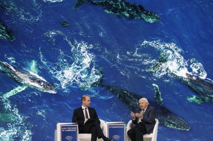 22일 스위스 다보스에서 열린 세계경제포럼에서 환경운동가이자 자연 다큐멘터리 감독인 영국 동물학자 데이비드 애튼버러 경(오른쪽)이 영국 윌리엄 왕자와 대담을 하고 있다. 세계경제포럼 제공