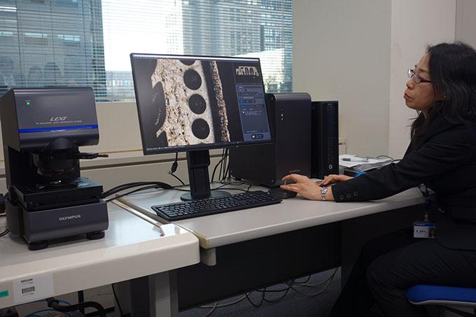 리얼타임 매크로뱁 기술을 적용한 현미경을 시연하는 모습이다.관찰하는 부위가 컴퓨터 화면에 뜨는 동시에 렌즈가 자동으로 움직이며 대상의 전체모습을 확대해 지도를 그린다. 이를 이용해 세포를 관찰하면 넓은 시야에서 조명할 수 있어 세포간 상호작용등을 면밀히 파악할 수 있다. -김진호 기자