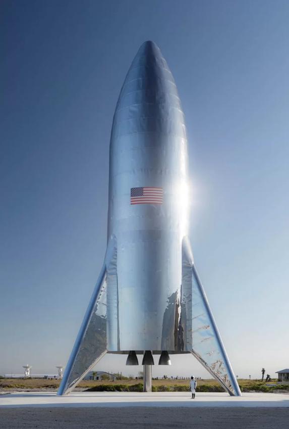 일론 머스크가 11일(현지 시간) 공개한 시험용 유인 우주왕복선 '스타십 호퍼'. 4~8주 이내 사람을 태우지 않고 지구 상공에서 시험비행을 한다는 계획이다. - 일론 머스크 트위터