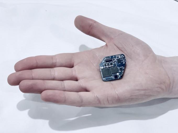 리키 뮬러 버클리 캘리포니아대 교수가 개발한 이식장치의 모습. 뇌의 신호를 받아 이상이 있을 시 전기자극을 발생시켜 뇌 기능을 조절한다. -리키 뮬러 제공