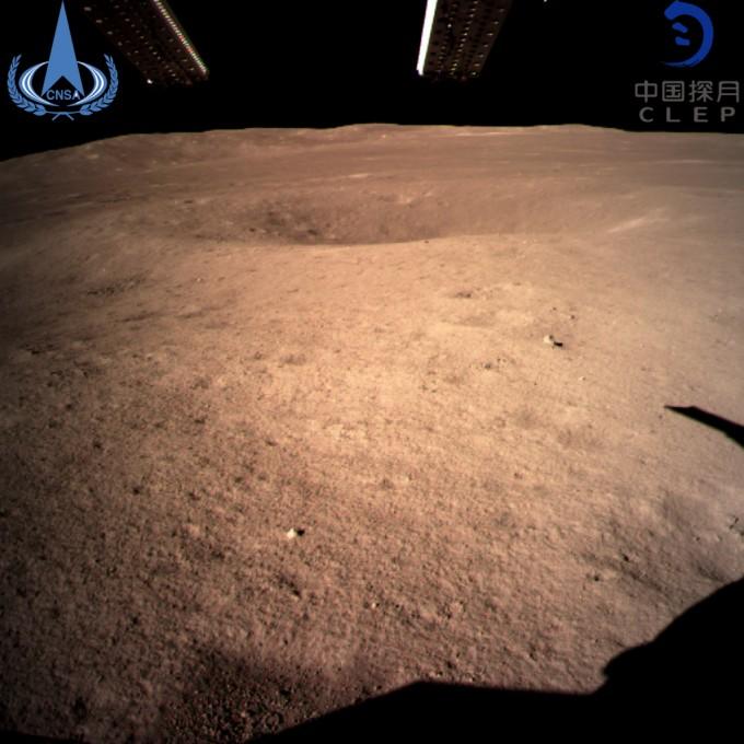인류 최초의 달 뒷면 표면 사진. 중국 현지시각으로 오전 11시 40분 창어 4호는 감시 C 카메라로 착륙 지점 남쪽의 달 표면을 찍은 사진을 중계위성을 통해 지구로 전송했다. 창어 4호에 실린 무인탐사 로봇은 이 방향으로 탐사에 나서게 된다. -중국국가항천국 제공