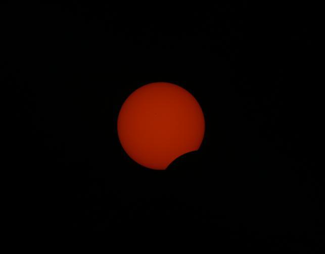 2016년 3월 관측된 부분일식 장면. 부분일식은 개기일식과 달리 태양이 다 가려지지 않아 반드시 태양 빛을 줄여주는 필터나 셀로판지 등을 통해 관찰해야 한다. -국립과천과학관 제공