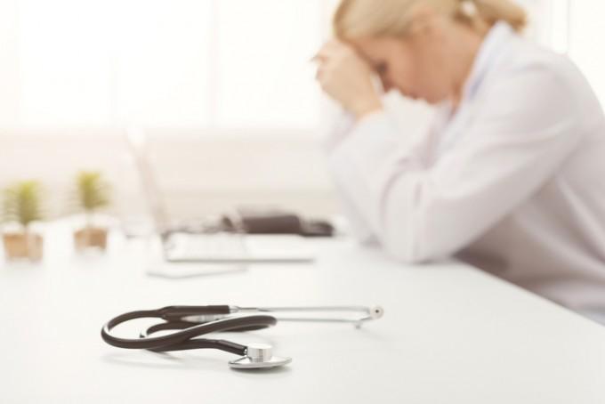 의사와 환자 사이의 폭력은 집단 전체에 과도한 방어 반응을 유발하게 된다. 게티이미지뱅크 제공
