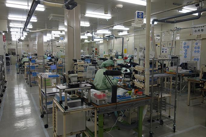 도쿄에서 북서쪽으로 약 2시간 반떨어진 나가노 올림푸스 공장의 직원들이 대물렌즈 생산을 위한 작업을 하고 있다.-김진호 기자 twok@donga.com