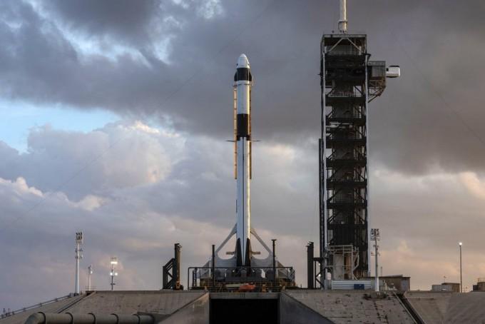 미국 플로리다 주 케이프커내버럴 공군기지 케네디우주센터 39A 발사대에 기립한 팰컨9 로켓의 모습. 팰컨9는 로켓 꼭대기에 위치한 유인 우주선 크루 드래건을 싣고 이달 17일 날아오르기로 예정돼 있다.-스페이스X 제공