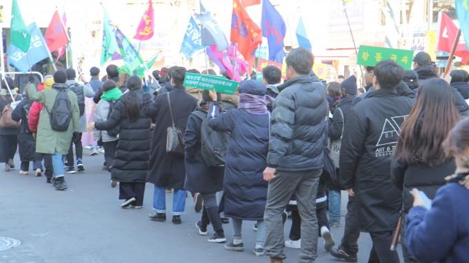 보존연대는 기자회견을 마치고 지역 상공인 및 시민들과 함께 일대를 행진했다. 이날 행진에는 100여 명이 참석했다. 조승한 기자 shinjsh@donga.com