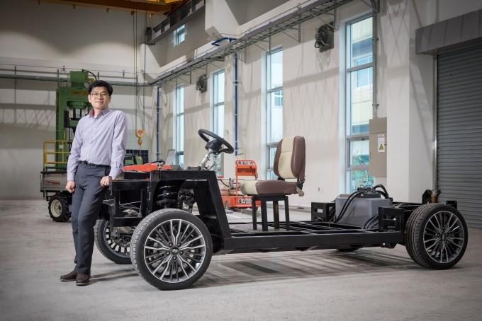 생산기술연구원이 개발한 가변형 전기차 플랫폼으로 제작한 시제품 앞에 차현록 생기원 그룹장이 서 있다. -사진 제공 한국생산기술연구원