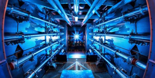 미국국립점화시설(NIF)의 레이저 핵융합 장비는 한가운데에 연료를 담은 캔(펠릿)을 두고 레이저로 초고온 상태를 만들어 내폭을 유도해 핵융합을 한다. 미국국립점화시설(NIF) 제공