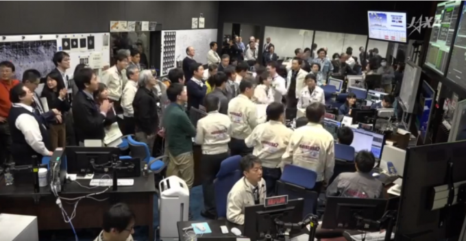 하야부사2의 소행성 류구에 챡륙한 직후 일본우주항공연구개발기구  직원들의 모습. JAXA 유투브