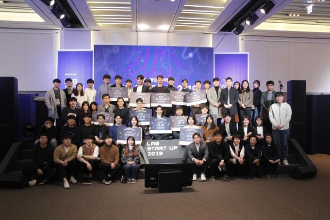 참가자들이 기념 사진을 찍고 있다. 조승한 기자 shinjsh@donga.com