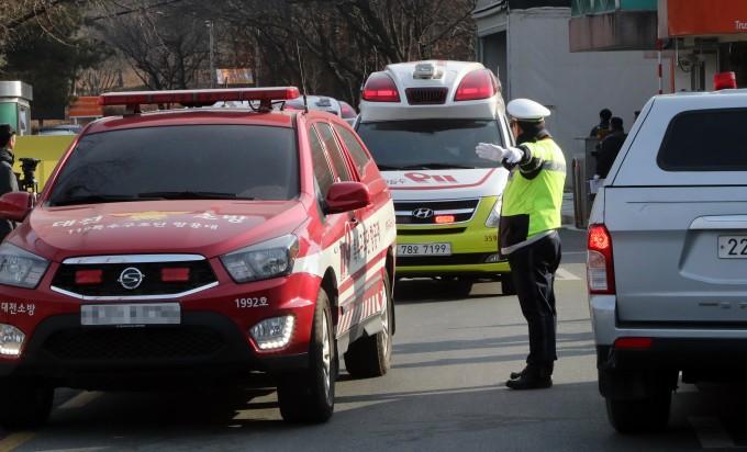 폭발 사고가 발생해 사상자가 발생한 대전 유성구 한화 대전공장에서 119구급차량이 줄지어 나오고 있다. 연합뉴스 제공