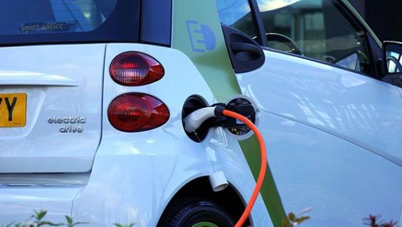 '꽉 막힌 귀성길 마음은 천근만근' 전기차 배터리 아끼는 방법은