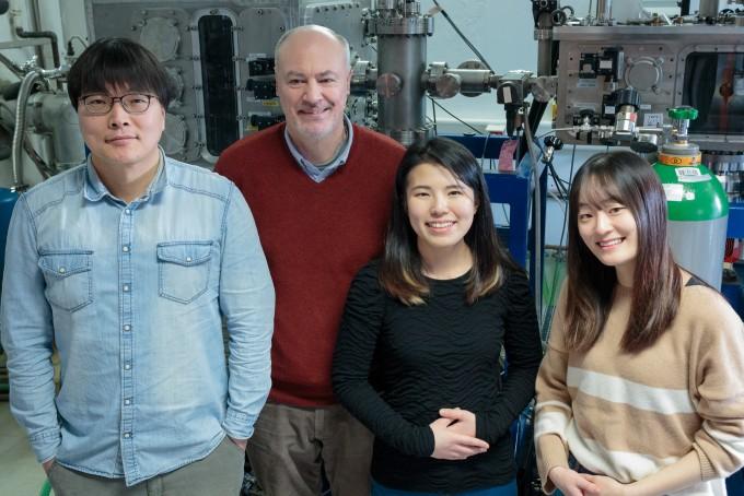 이번 연구를 이끈 연구팀. 왼쪽부터 조범석 UNIST 교수, 빌란트 쉘코프 독일 프리츠 하버 연구소 교수, 김이영 UNIST 연구원, 이주현 UNIST 연구원. UNIST 제공