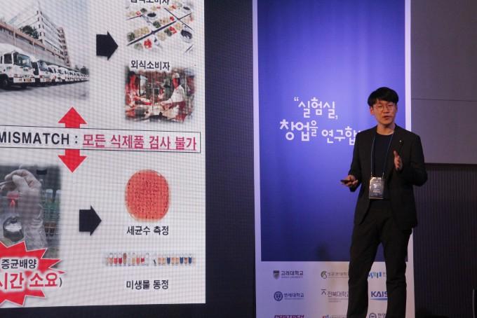 랩 스타트업 배틀 결선에 참가한 이원일 어큐노스 대표가 화사의 창업 아이템에 대해 설명하고 있다. 조승한 기자 shinjsh@donga.com