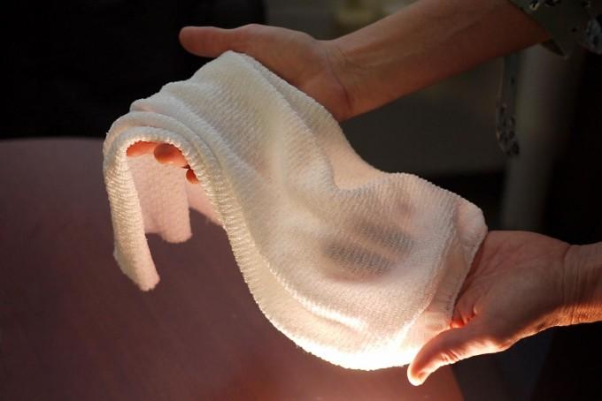 유후앙 왕 미국 메릴랜드대 화학 및 생명공학과 교수 연구팀은 환경에 따라 자동으로 열 방출을 조절하는 섬유를 개발했다는 연구결과를 이달 8일 국제학술지 ′사이언스′에 실었다. 연구팀이 개발한 섬유의 모습. 폐예 르빈 제공